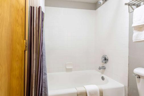 La Quinta Inn & Suites by Wyndham Vancouver - Vancouver - Bathroom