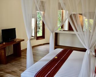 Puri Sari Beach Hotel - Labuan Bajo - Bedroom