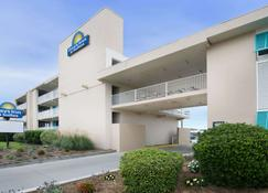 Days Inn & Suites by Wyndham Kill Devil Hills-Mariner - Kill Devil Hills - Building
