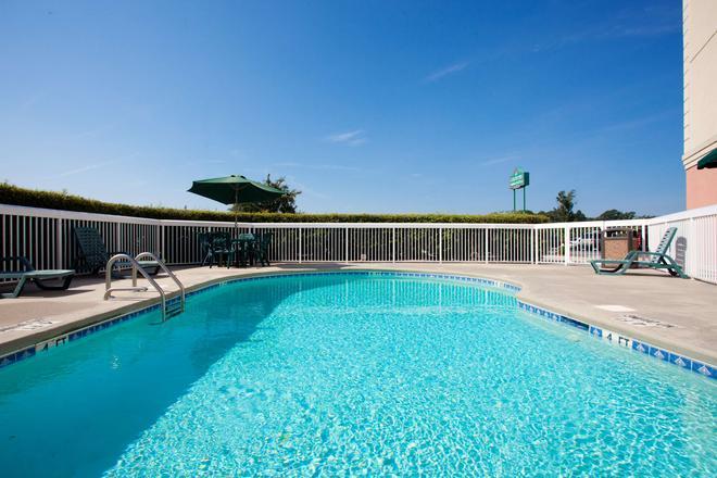 Country Inn & Suites by Radisson Goldsboro, NC - Голдсборо - Бассейн