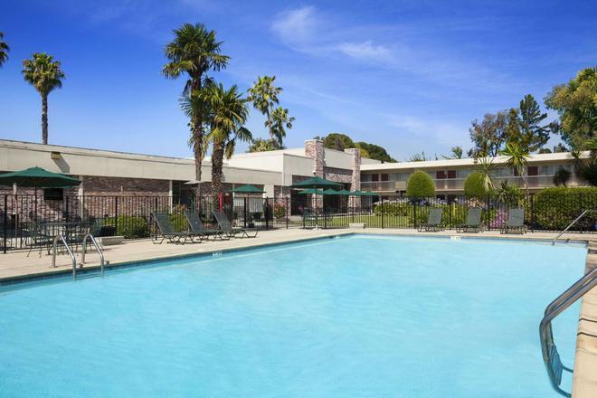 Ramada by Wyndham Sunnyvale/Silicon Valley - Sunnyvale - Uima-allas
