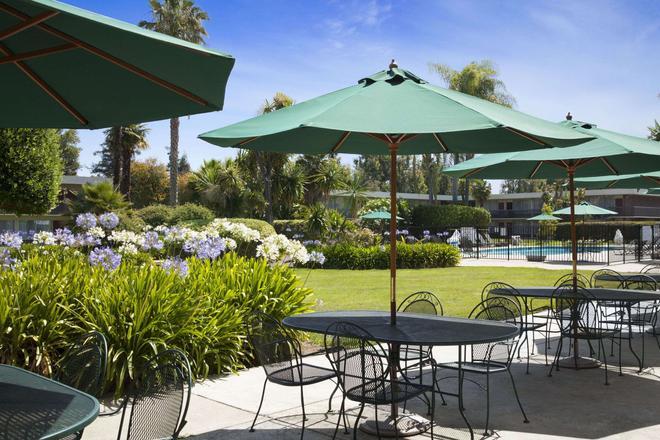 Ramada by Wyndham Sunnyvale/Silicon Valley - Sunnyvale - Patio