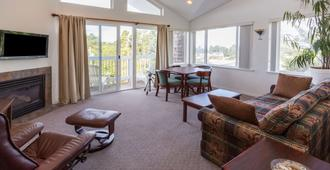 Travelodge by Wyndham Depoe Bay - Depoe Bay - Living room