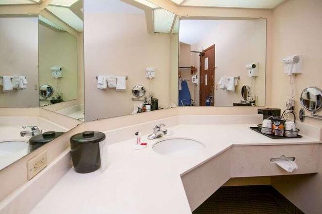 Baymont by Wyndham Hattiesburg - Hattiesburg - Bathroom