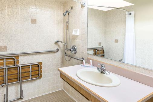 Days Inn by Wyndham Black Bear - Salem - Phòng tắm