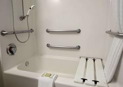 Super 8 by Wyndham South Padre Island - South Padre Island - Bathroom