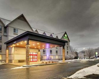 Holiday Inn Express & Suites Lincoln East - White Mountains - Lincoln - Building