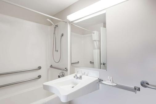 Howard Johnson by Wyndham Lenox - Lenox - Phòng tắm