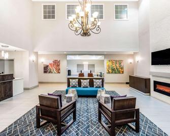 La Quinta Inn & Suites by Wyndham Hillsboro - Hillsboro - Huiskamer