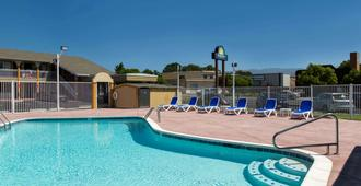 Days Inn by Wyndham Ukiah - Ukiah - Pool