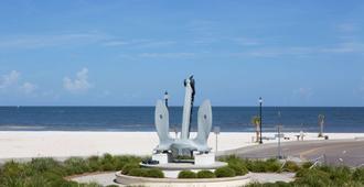 Days Inn by Wyndham Gulfport - Gulfport - Beach