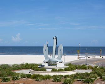Days Inn by Wyndham Gulfport - Галфпорт - Пляж