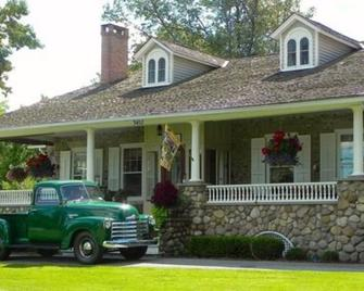 1837 Cobblestone Cottage - Canandaigua - Building