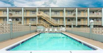 Travelodge by Wyndham Virginia Beach - Virginia Beach - Pool