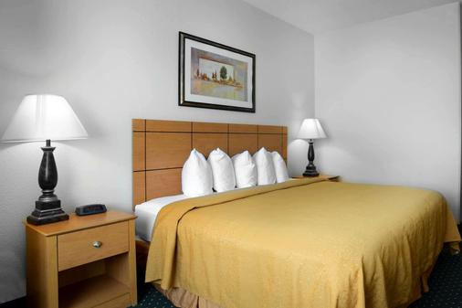 Quality Inn & Suites - Springfield - Bedroom