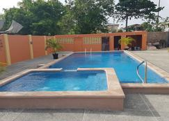 Ri'biero's Holiday Apartments - Crown Point - Piscina