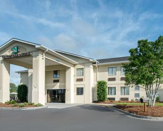 Quality Inn And Suites Savannah North - Port Wentworth - Building