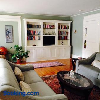 Gateways Inn & Restaurant - Lenox - Living room