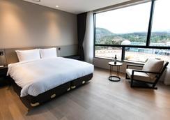 Hotel Nanta Jeju - Jeju City - Makuuhuone