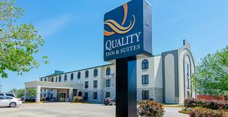 Quality Inn and Suites Near Tanger Outlet Mall - Gonzales - Edificio