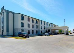 Quality Inn and Suites Near Tanger Outlet Mall - Gonzales - Rakennus