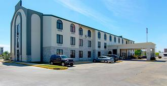 Quality Inn and Suites Near Tanger Outlet Mall - Gonzales - Gebouw