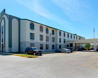 Quality Inn and Suites Near Tanger Outlet Mall - Gonzales - Building