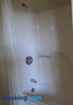 Budgetel Inn and Suites - Rockingham - Bathroom