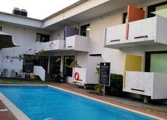 Hotel Onomo Abidjan Airport - Abiyán - Piscina