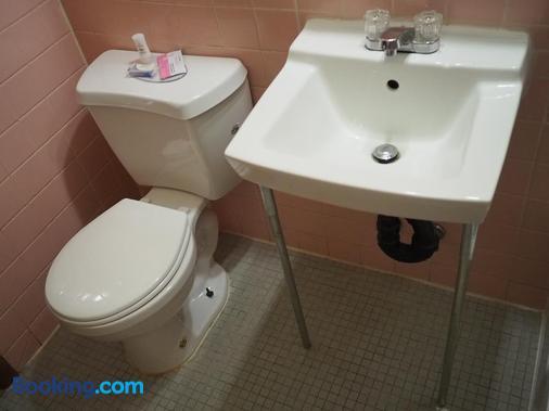 The New Cavalier Inn - Winnipeg - Bathroom