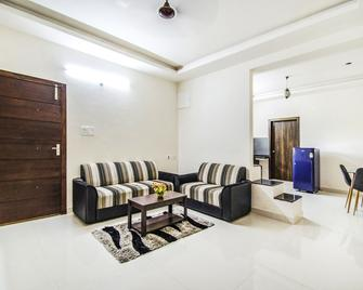 Fabescape Himadri Inn - Almora - Living room