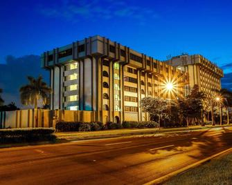 Clarion Inn and Suites Miami International Airport - Miami Springs - Edificio