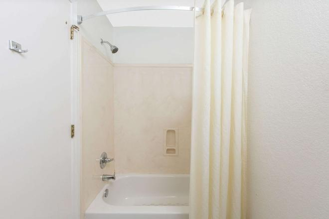 Super 8 by Wyndham Southaven - Southaven - Bathroom