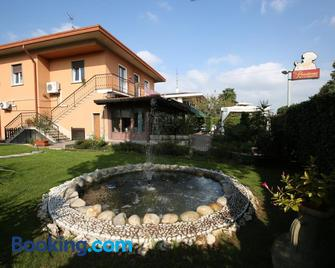 Bed And Breakfast D&D - Кардано-аль-Кампо - Building