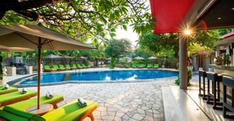 Kuta Seaview Boutique Resort - Kuta - Pool