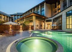 Holiday Inn Resort Yichun Mingyue Mountain - Yichun - Pool