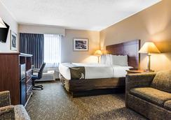 Quality Inn Austintown-Youngstown West - Youngstown - Bedroom