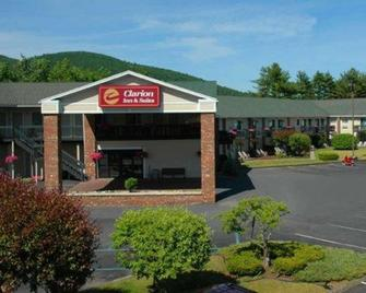 Clarion Inn & Suites at the Outlets of Lake George - Lake George - Building