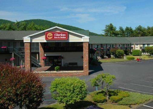 Clarion Inn & Suites at the Outlets of Lake George - Lake George - Rakennus
