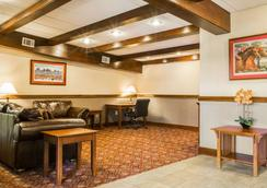 Clarion Inn & Suites at the Outlets of Lake George - Lake George - Aula