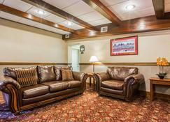 Clarion Inn & Suites at the Outlets of Lake George - Lake George - Stue
