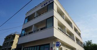 Blue Door Hostel - Sokcho - Gebäude