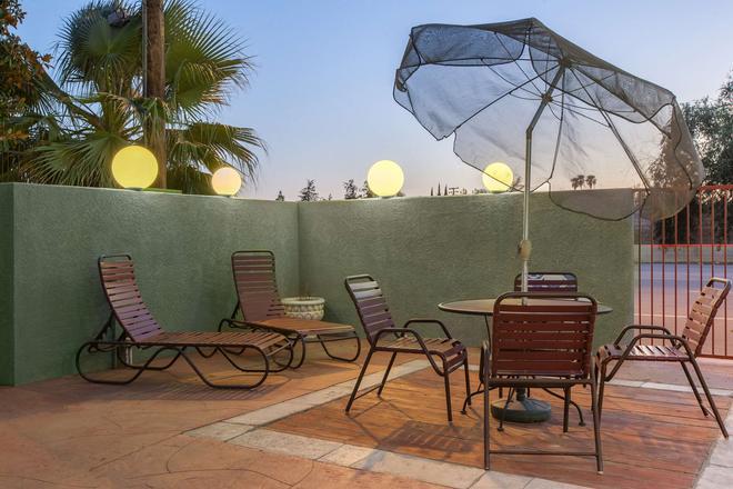 Americas Best Value Inn & Suites Bakersfield Central - Bakersfield - Patio