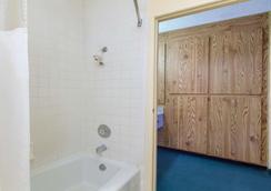 Americas Best Value Inn & Suites Bakersfield Central - Bakersfield - Baño