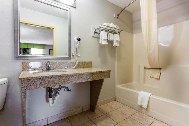 Quality Inn - Albemarle - Bathroom