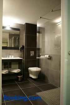 The Originals Boutique, Hôtel La Grange, Niort (Qualys-Hotel) - Niort - Bathroom