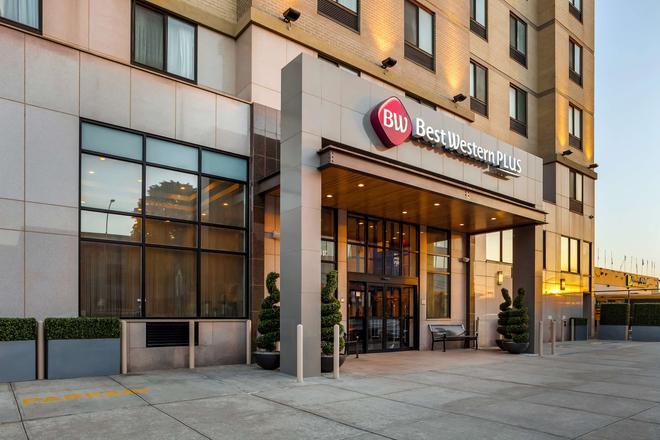 Best Western Plus Plaza Hotel - Queens - Building