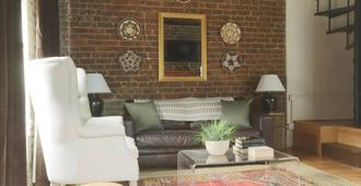 Sycamore Carriage House by RedAwning - Savannah - Living room