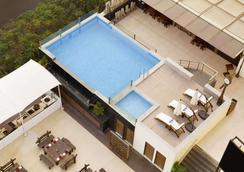 Ramada by Wyndham Chennai Egmore - Chennai - Pool