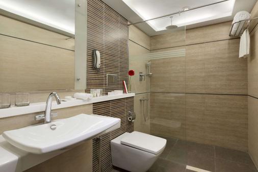 Ramada by Wyndham Chennai Egmore - Chennai - Bathroom